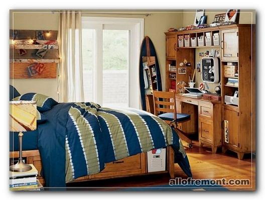 Дерев'яні меблі в кімнаті підлітка