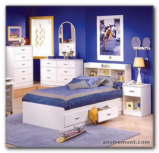 Синьо-блакитний фон в дитячій кімнаті