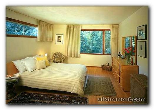 Вікно в інтер'єрі спальні