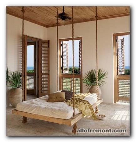 Ліжко-гойдалка в інтер'єрі спальні